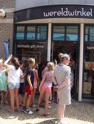 groep schoolkinderen voor wereldwinkel wassenaar