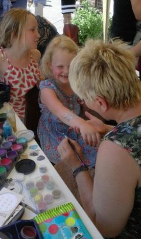 zetten van henna tattoo's bij kinderen