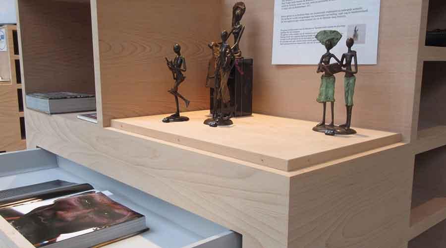 Bronzen beelden in bibliotheek
