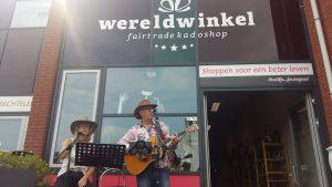 twee muziekanten voor wereldwinkel Sliedrecht