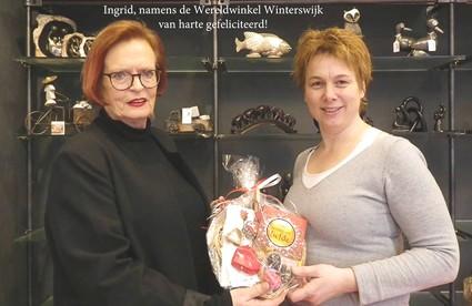 Winnares ontvangt valentijnspakket van wereldwinkel Winterswijk