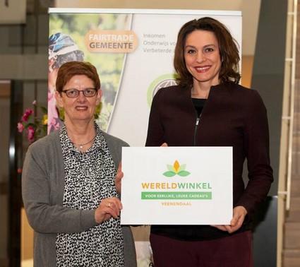 Wethouder Nermina Kundic van de gemeente Veenendaal neemt nieuwe logo aan
